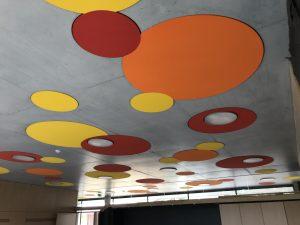 Insonorisation phonique grâce à des plaques au plafond